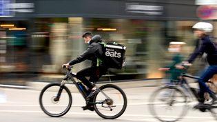 Un livreur à vélo de la société Uber Eats le 18 mai 2021 à Paris. (AURÉLIEN ACCART / FRANCE-INFO)