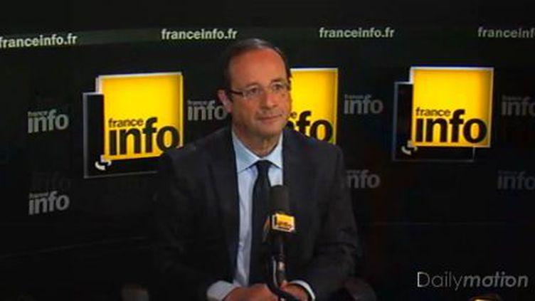 Le candidat PS à la présidentielle, François Hollande, dans les studios de France Info, le 16 avril 2012. (FRANCE INFO / FTVI )