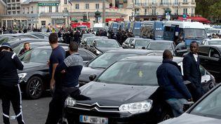 Des chauffeurs VTC lors d'une grève sur la porte Maillot, à Paris, le 9 octobre 2015. (ALAIN JOCARD / AFP)