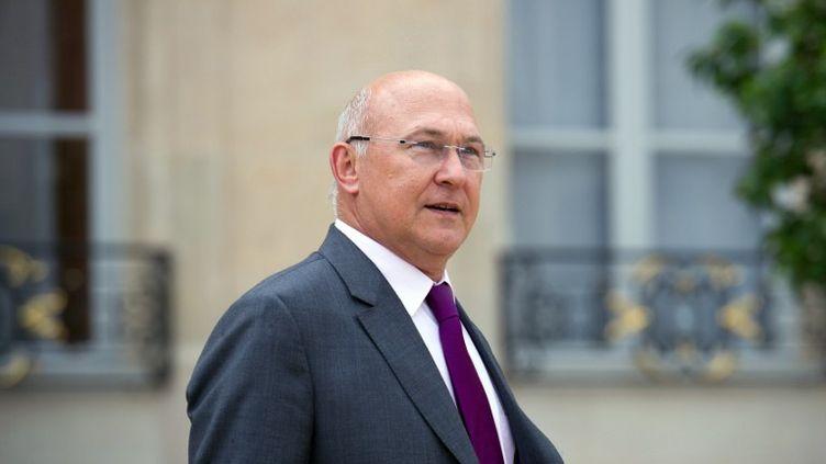 Le ministre du Travail, Michel Sapin, à la sortie du Conseil des ministres, à Paris, le 1er août 2012. (BERTRAND LANGLOIS / AFP)