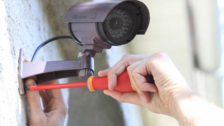 Caméra de vidéosurveillance installée dans une rue. (PHILIPPE TURPIN / PHOTONONSTOP)