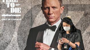 "Une affiche du dernier opus de James Bond, ""No Time to Die"", à Bangkok (Thaïlande), le 28 février 2020. (MLADEN ANTONOV / AFP)"