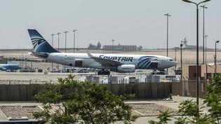 Un avion d'EgyptAir le 19 mai 2016 à l'aéroport du Caire (Egypte). (KHALED DESOUKI / AFP)