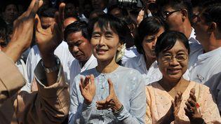 L'opposante birmane et prix Nobel de la paix Aung San Suu Kyi (au centre) au siège de son parti, la Ligue nationale pour la démocratie (LND), le 9 janvier 2012 à Rangoun (Birmanie). (SOE THAN WIN / AFP)