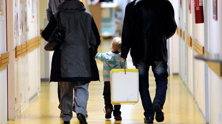 Des parents et leur enfant dans les couloirs du service de pédiatrie de l'hôpital Jeanne de France à Lille, le 30 janvier 2014. (PHILIPPE HUGUEN / AFP)