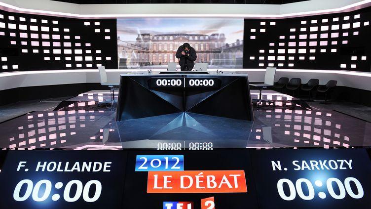 Un journaliste prend une photo sur le plateau du débat télévisé de l'entre-deux-tours, le 1er mai 2012, dans les studios de La Plaine Saint-Denis (Seine-Saint-Denis) (FRANCK FIFE / POOL)
