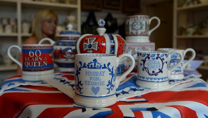 Des mugs célébrant la naissance du prince George, premier fils de Kate et de William, dans un atelier de Stoke-on-Trent (Royaume-Uni), le 25 juillet 2013. (ANDREW YATES / AFP)