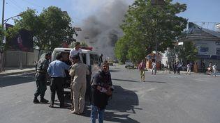 De la fumée s'échappe du quartier diplomatique de Kaboul (Afghanistan) après une forte explosion, le 31 mai 2017. (SHAH MARAI / AFP)
