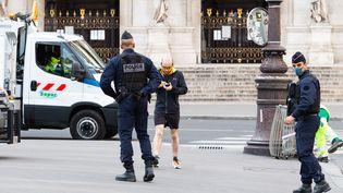 Un joggeur est contrôlé à Paris, le 18 mars 2020. (AMAURY CORNU / HANS LUCAS / AFP)