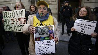 """Manifestation à Madrid, des mères victimes du scandale des """"bébes volés du franquisme"""", le 27 janvier 2014. (ANDREA COMAS / REUTERS)"""