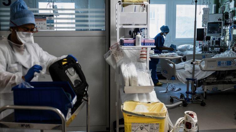 Le personnel soignant de l'hpôpital Pierre-Benite à Lyon, le 8 septembre 2021. (JEFF PACHOUD / AFP)