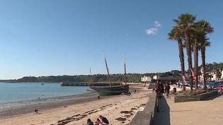 Les vacances de la Toussaint ont débuté samedi 23 octobre. Que ce soit à la mer ou à la montagne, les Français ont pu profiter d'une journée sous le soleil, avec une météo très agréable. (France 3)