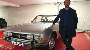 """La société d'Arnaud Pigounidès, Retrofuture, propose, moyennant 15 à 20 000 euros, de transformer des véhicules thermiques en électriques. """"Cela évite d'envoyer un châssis à la casse"""", explique-t-il. (BORIS HALLIER / RADIO FRANCE)"""