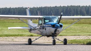 C'est sur ce type d'appareil, un Cessna 152, que Sylvester a pris son premier cours, et réussi son premier atterrissageen solo. (MICHAL FLUDRA / NURPHOTO / AFP)