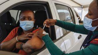 Une femme reçoit une dose du vaccin Johnson & Johnson à Centurion, en Afrique du Sud, le 13 août 2021. (PHILL MAGAKOE / AFP)