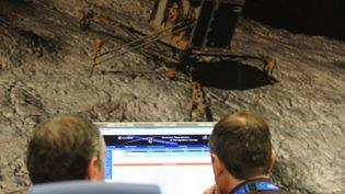 Les scientifiques observent sur leurs écrans la trajectoire du robot Philae au CNES de Toulouse le 15 avril 2014. (ERIC CABANIS / AFP)