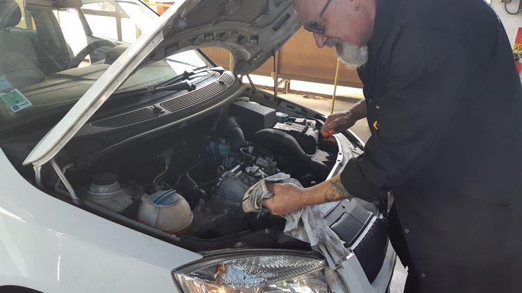 Un mécanicien effectue un contrôle technique à Vandoeuvre-lès-Nancy (Meurthe-et-Moselle). (ANGELINE DEMUYNCK /  FRANCE-BLEU SUD LORRAINE / RADIO FRANCE)
