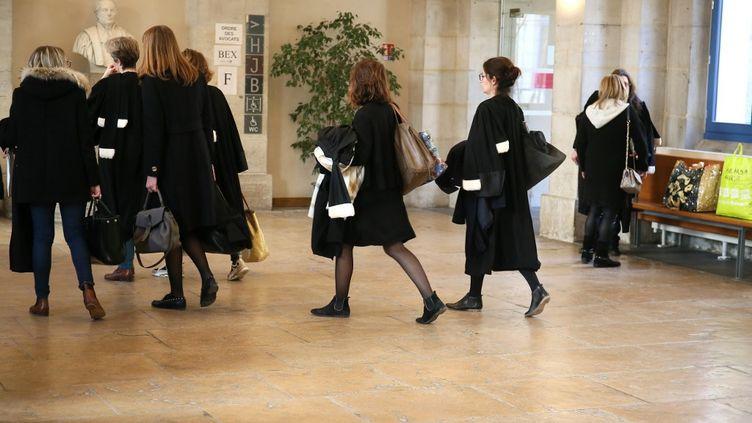 Des avocates du barreau de la Drôme sont dans la salle des pas perdus du palais de justice de Valence avant une audience correctionnelle, le 16 janvier 2020. (NICOLAS GUYONNET / HANS LUCAS / AFP)