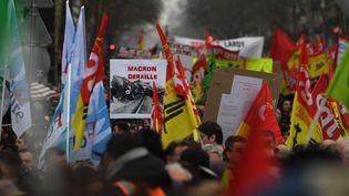 Des manifestants défilent contre la réforme de la SNCF, à Paris, le 22 mars 2018. (ALAIN JOCARD / AFP)