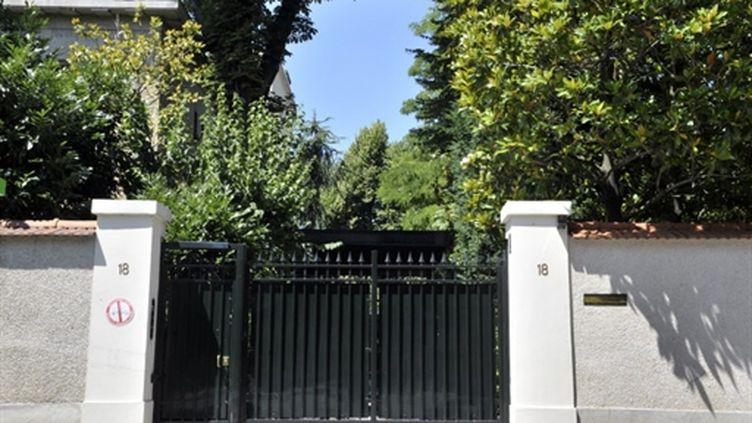 L'entrée de la maison de la famille Bettencourt à Neuilly-sur-Seine (AFP - BERTRAND LANGLOIS)