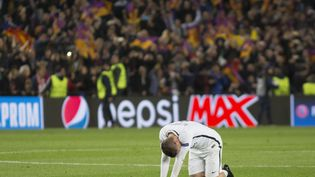 Marco Verratti, abattu sur la pelouse du Camp Nou, à Barcelone (Espagne), après l'élimination du PSG. (ALBERT LLOP / ANADOLU AGENCY / AFP)