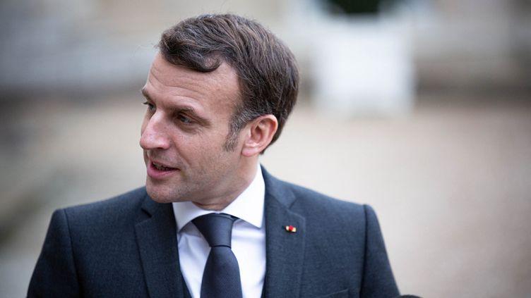Emmanuel Macronquitte le palais de l'Elysée, le 3 février 2021 à Paris. (STEPHANE DUPRAT / HANS LUCAS / AFP)
