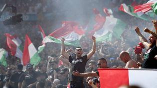 Parmi les 56 000 supporters présents à la Puskas Arena, des ultras de la Brigade des Carpathes, vêtus de tshirts noirs, étaient présents en nombre. (ZENTRALBILD / PICTURE ALLIANCE / DPPI via AFP)