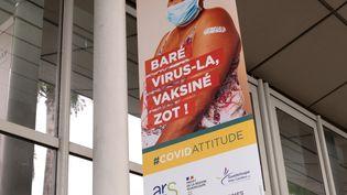 Une affiche incitant à la vaccination contre le Covid-19 à Pointe-à-Pitre (Guadeloupe) le 30 juillet 2021 (YANNICK MONDELO / AFP)