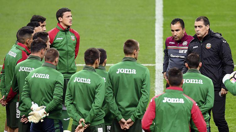 Petar Houbtchev, le sélectionneur bulgare, au milieu de ses joueurs (FRANCK FIFE / AFP)