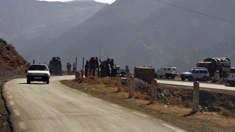 Des militaires algériens participent aux recherches d'Hervé Gourdel et de ses ravisseurs, le 23 septembre 2014, dans la région de Tizi Ouzou (Algérie). (FAROUK BATICHE / AFP)