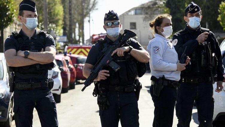 Des officiers de police près du commissariat de Rambouillet (Yvelines), le 23 avril 2021, après une attaque au couteau qui a coûté la vie à une fonctionnaire de police. (BERTRAND GUAY / AFP)