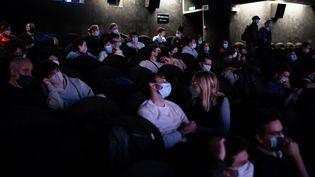 Des spectateurs avec des masques dans une salle de cinéma. (ALEXIS SCIARD / MAXPPP)