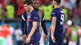 Malmené dans son couloir droit, Benjamin Pavard a été l'un des visages marquants de l'élimination de la France par la Suisse en huitièmes de finale de l'Euro 2021, lundi 29 juin. (FRANCK FIFE / POOL)