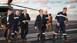 """François Hollande arrive sur le porte-avions """"Charles-de-Gaulle"""", le 4 décembre 2015. (CHRISTIAN CAVALLO / ECPAD)"""