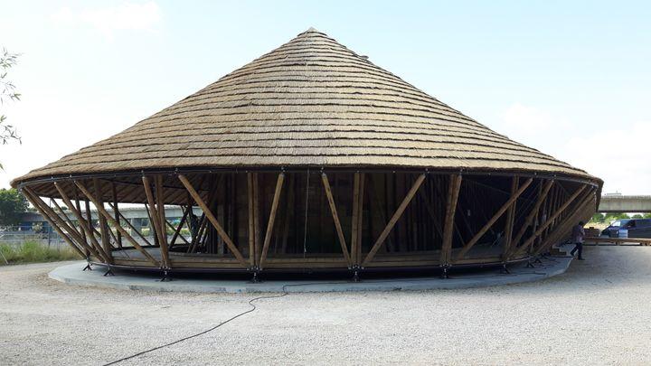 """Un temple en bambou, conçu par l'architecte Simon Velez, accueille à Arles, l'exposition """"Contemplation"""" de Matthieu Ricard. (ANNE CHEPEAU / RADIO FRANCE)"""