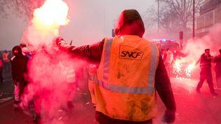 Un salarié de la SNCF manifeste contre la réforme des retraites, le 5 décembre 2019 à Paris. (SEVERINE CARREAU / HANS LUCAS / AFP)