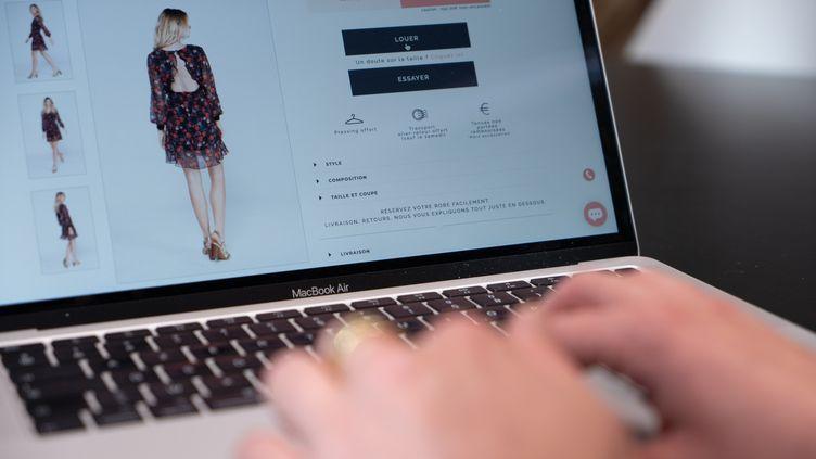 Un internaute recherche une tenue sur le site Les Cachotières (DR)