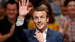 Emmanuel Macron salue ses partisans lors d'une réunion de son mouvement En Marche, le 12 juillet 2016, à Paris. (BENOIT TESSIER / REUTERS)