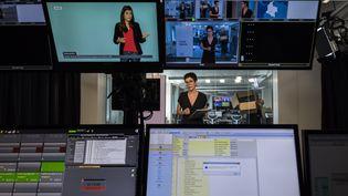 Un studio de franceinfo à Paris (LIONEL BONAVENTURE / AFP)