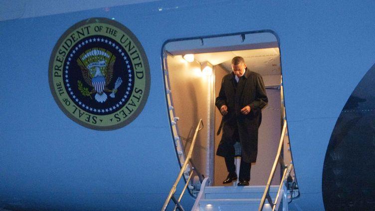 Le président américain, Barack Obama, descend d'Air Force Onesur la base militaire de Bagram (Afghanistan), le 1er mai 2012. (MANDEL NGAN / AFP)