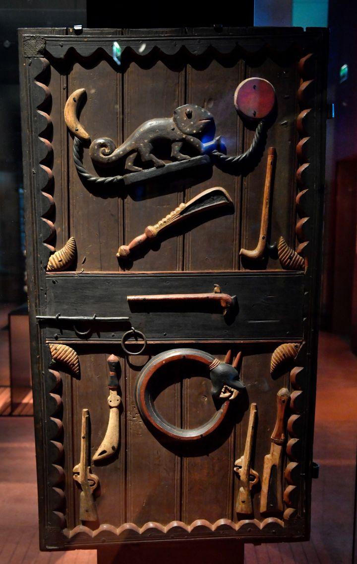 Porte du palaisdu roiGlegledu royaume deDahomey(autour de 1880-89)exposé au Musée du Quai Branly - Jacques Chirac à Paris. (GERARD JULIEN / AFP)