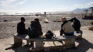 Un groupe de migrants sur la plage de Vintimille (Italie) le 3 octobre 2020 (FEDERICO SCOPPA / AFP)