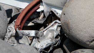 Un débris métallique découvert, dimanche 2 août, sur le littoral de l'île de La Réunion. (RICHARD BOUHET / AFP)