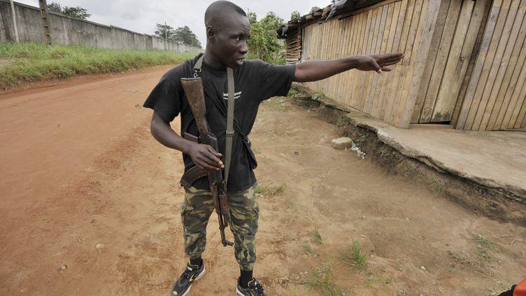 Un soldat raconte l'assaut dans le camp militaire d'Akouédo, à Abidjan (Côte d'Ivoire), lundi 6 août 2012. (ISSOUF SANOGO / AFP)