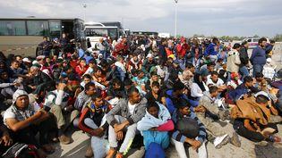 Des migrants attendent de monter dans un bus à Nickelsdorf (Autriche), le 14 septembre 2015. (LEONHARD FOEGER / REUTERS)