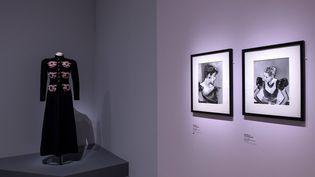 """Vue de l'exposition """"Man Ray et la mode"""" : manteau Elsa Schiaparelli en drap de laine avec des broderies de Lesage, 1938 (Rmn-Grand Palais 2020 / Photo Didier Plowy)"""