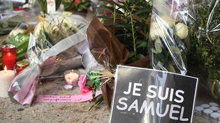 Hommages le 17 octobre 2020devant le collège où enseignait Samuel Paty à Conflans-Sainte-Honorine, après sa mort par décapitation. (BERTRAND GUAY / AFP)