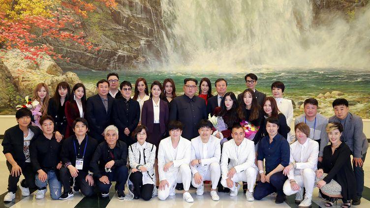 Le dirigeant nord-coréen et son épouse au milieu d'artistes sud-coréens, à Pyongyang, le 1er avril 2018. (AFP PHOTO/KCNA VIA KNS)