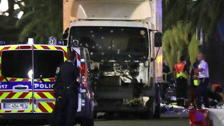 Le camion meurtrier après l'attentat de Nice (Alpes-Maritimes), le 14 juillet 2016. (VALERY HACHE / AFP)