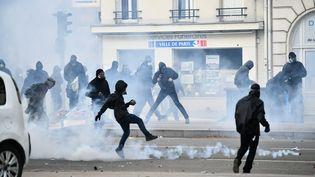 Affrontements lors des manifestations à Paris, le 1er mai 2018. (JULIEN MATTIA / LE PICTORIUM / MAXPPP)